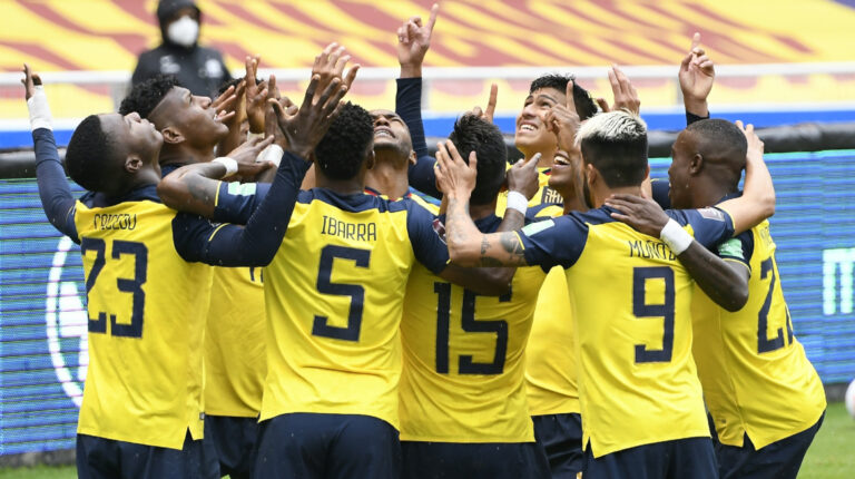 Los jugadores de Ecuador celebran uno de los goles en la victoria ante Colombia, el martes 17 de noviembre de 2020.