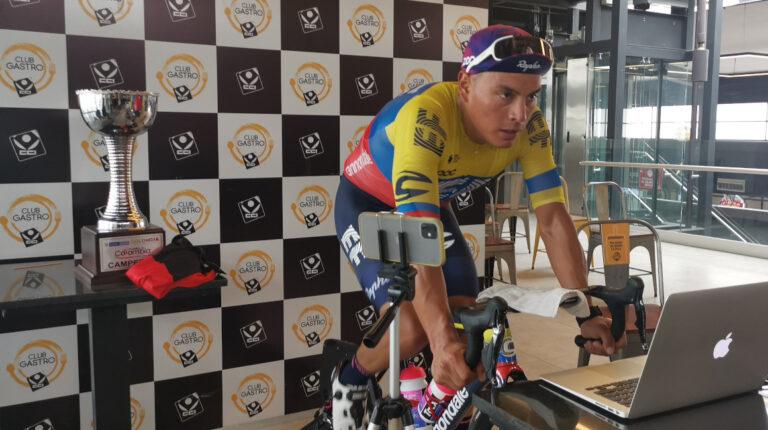 Jonathan Caicedo corriendo el Giro de Rigo en el Centro Comercial Iñaquito, este domingo 15 de noviembre de 2020