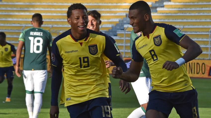Carlos Gruezo y Gonzalo Plata festejan el tercer gol de Ecuador ante Bolivia, en La Paz, el jueves 12 de noviembre de 2020.