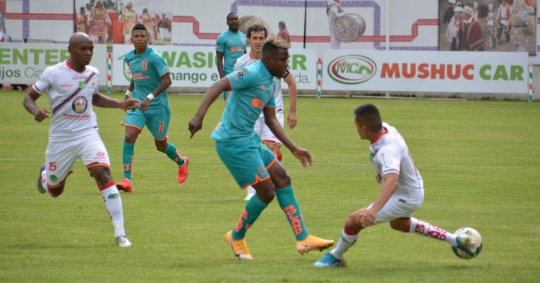 Marcos Caicedo, de Liga, intenta llegar al área de Mushuc Runa en el partido jugado en Ambato, el miércoles 11 de noviembre.