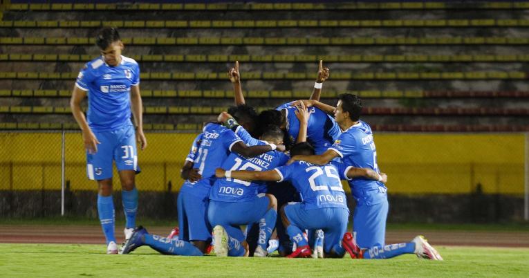 Los futbolistas de Católica celebran la victoria ante Guayaquil City, en el Atahualpa, el 11 de noviembre.