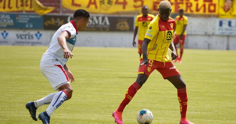 Alejandro Cabeza, de Aucas, maneja la pelota en el partido ante Olmedo, el miércoles 11 de noviembre.