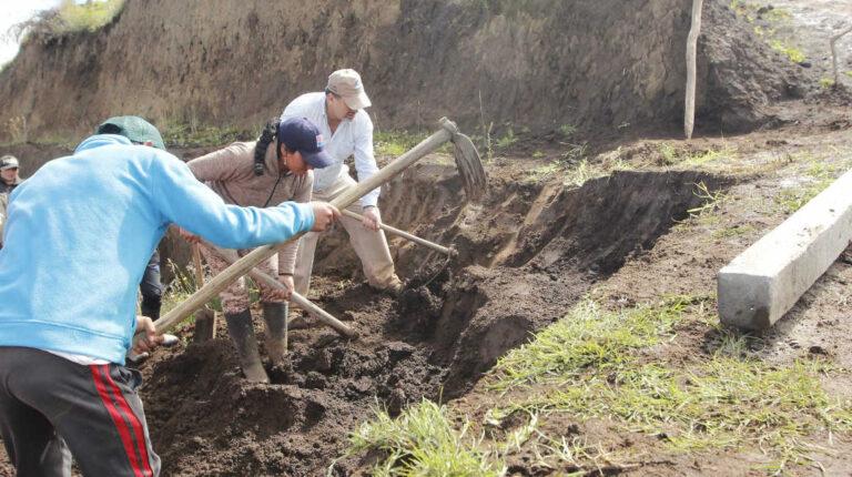 Minga para la construcción de reservorios de agua en Angochagua, Imbabura.