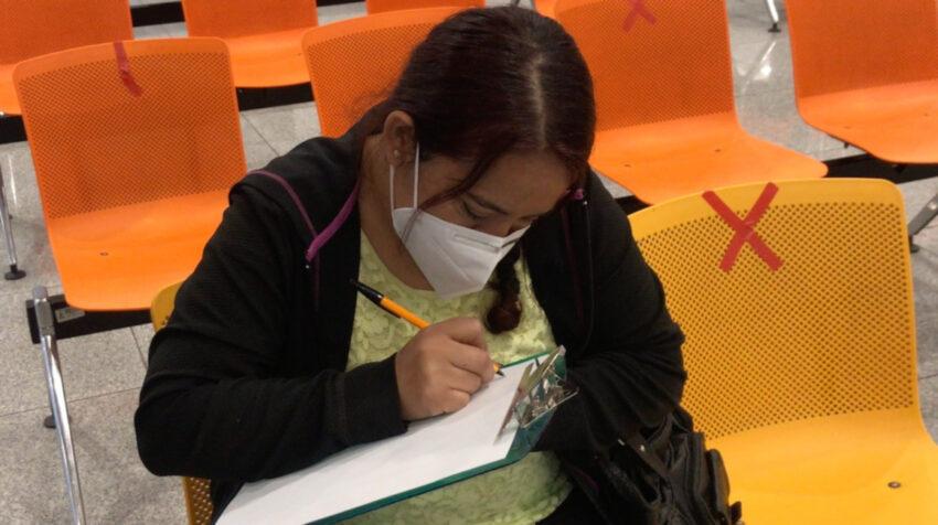 Una mujer escribe una carta para un familiar hospitalizado por Covid--19, el 5 de noviembre de 2020.