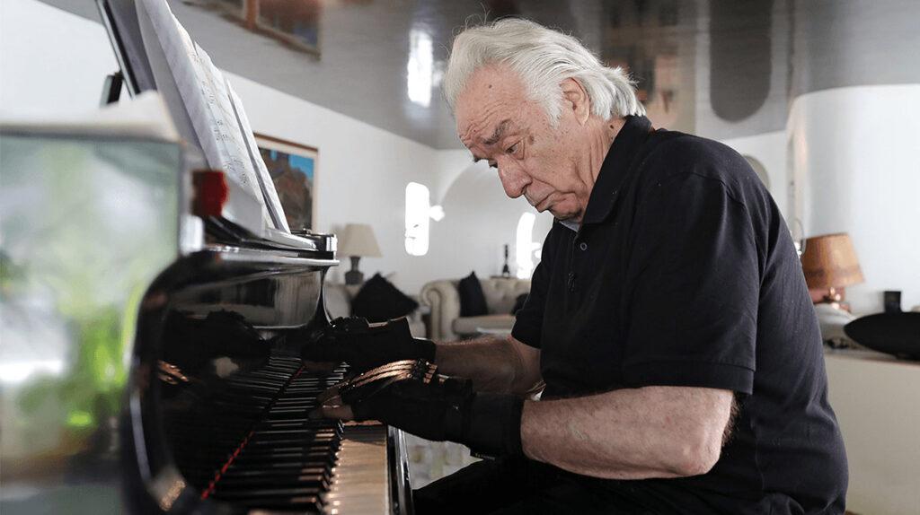 Pianista vuelve a tocar gracias a guantes biónicos tras 20 años