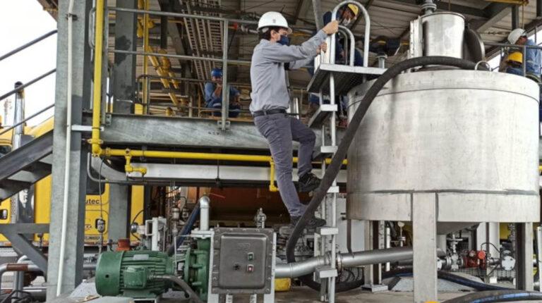 ersonal de Petroecuador realiza una inspección en la Terminal La Troncal, en Cañar, el 19 de octubre de 2020.