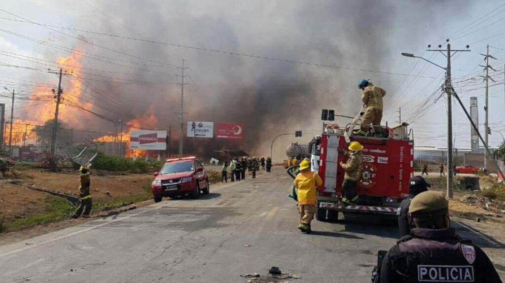 Incendio de una fábrica de cartón en Durán se reactiva