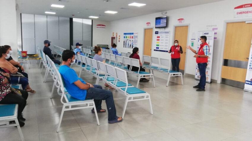 Personal del hospital de Manta entrega información sobre la pandemia a los pacientes, el 14 de septiembre de 2020.