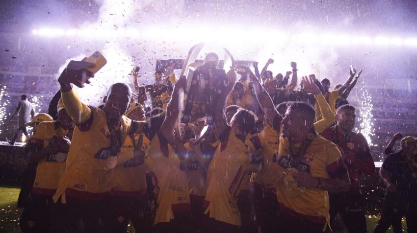 Barcelona levantó el título 16 en su historia con las luces apagadas del estadio Rodrigo Paz Delgado.