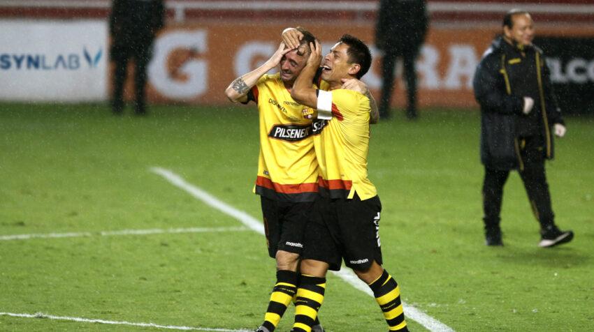 Damián Díaz y Matías Oyola, dos futbolistas referentes del cuadro 'amarillo', se abrazan y lloran luego de ser nuevamente campeones.
