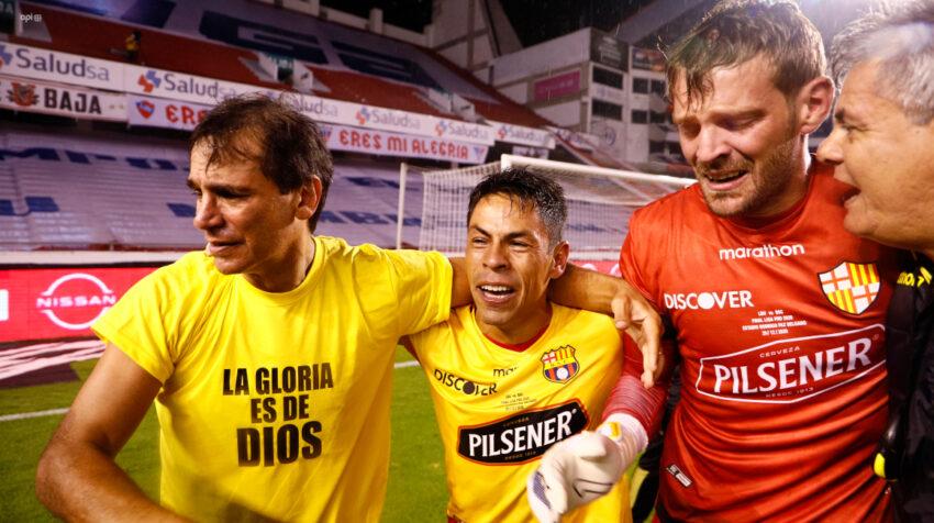 Fabián Bustos, Matías Oyola y Javier Burrai se abrazan de la alegría luego de ganar en penales a Liga y consagrarse campeones nacionales.
