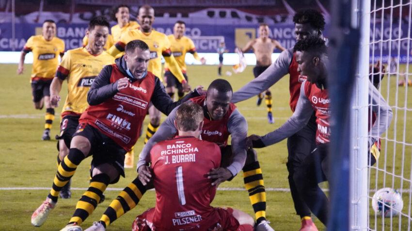 Los jugadores de Barcelona se acercan a abrazar a Javier Burrai luego de tapar dos penales y decidir el título para el elenco guayaquileño.