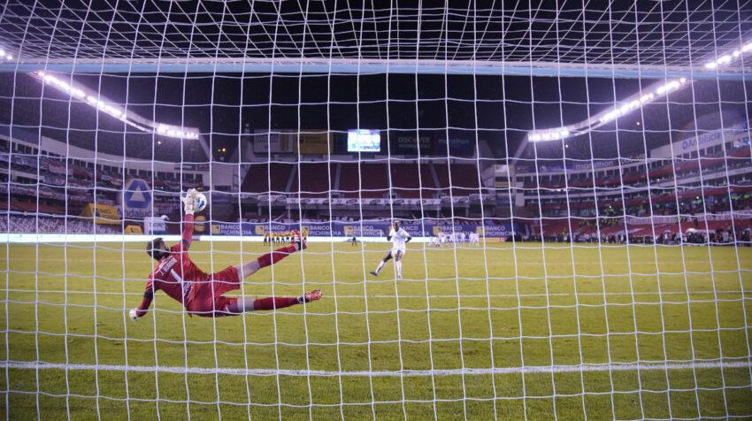 Javier Burrai atajándole el penal decisivo al delantero colombiano Cristian Martínez Borja.