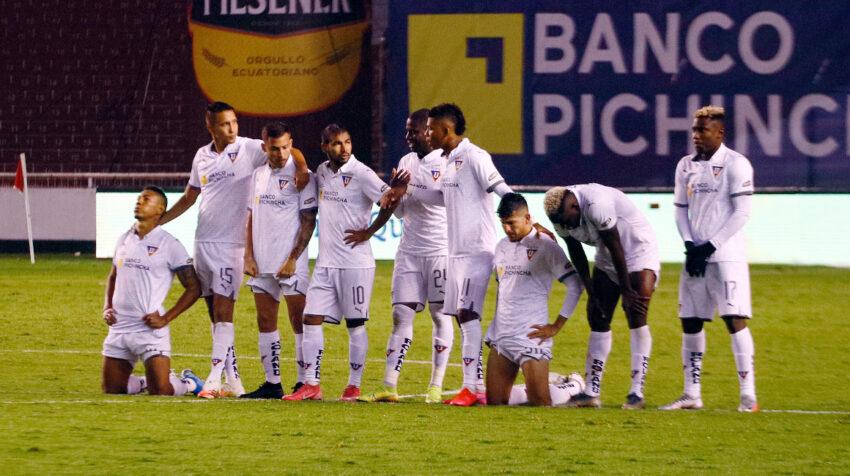 El plantel de Liga de Quito, nervioso durante los penales que definían el título 2020 ante Barcelona.