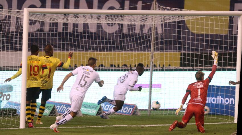 Jhojan Julio marcaba el primer gol del partido en el arco defendido por Javier Burrai, pero luego fue anulado ya que se encontraba en posición adelantada.