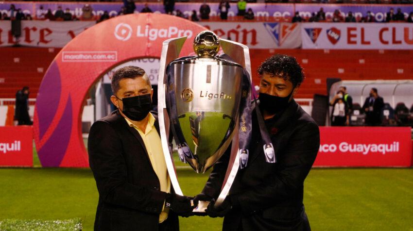 Claudio Alcívar, exfutbolista de Barcelona, y Franklin Salas, referente de Liga, ingresaron a la cancha del estadio Rodrigo Paz con el trofeo de la LigaPro.