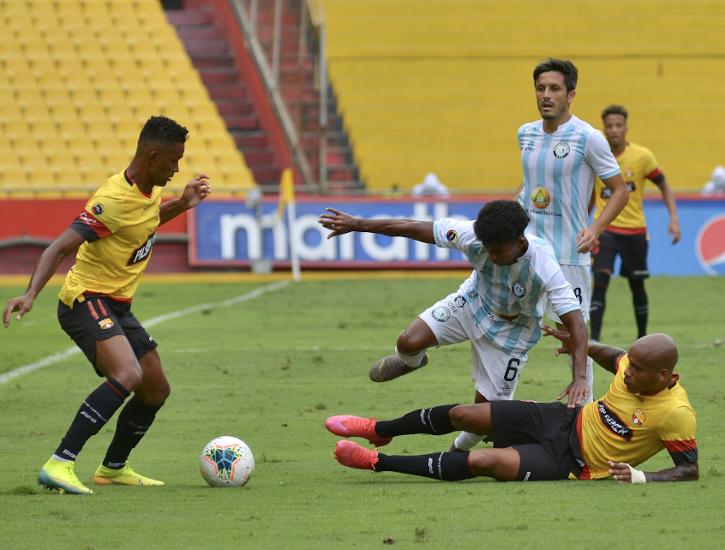 Fidel Martínez, de Barcelona, maneja el balón frente a jugadores de Guayaquil City, el miércoles 22 de julio de 2020, en el estadio Monumental.