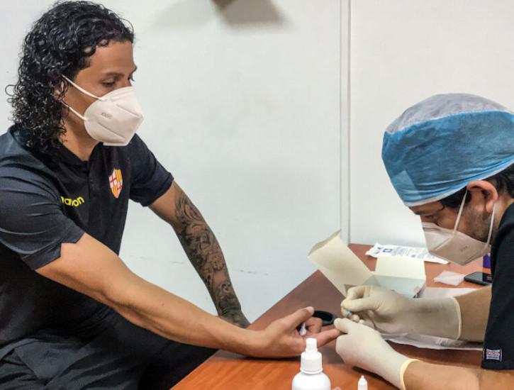 Williams Riveros, jugador de Barcelona, se somete a una prueba rápida, en Guayaquil, el 24 de septiembre de 2020.