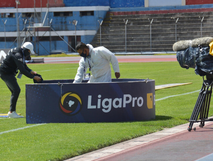 Dos colaboradores trabajan en el estadio Olímpico de Riobamba, el 19 de agosto de 2020.