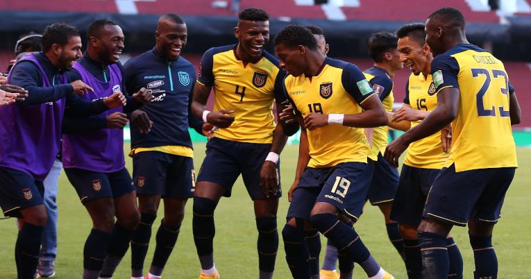 Los jugadores de Ecuador festejan uno de los tantos anotados a Uruguay, por las eliminatorias sudamericanas, el 13 de octubre de 2020.