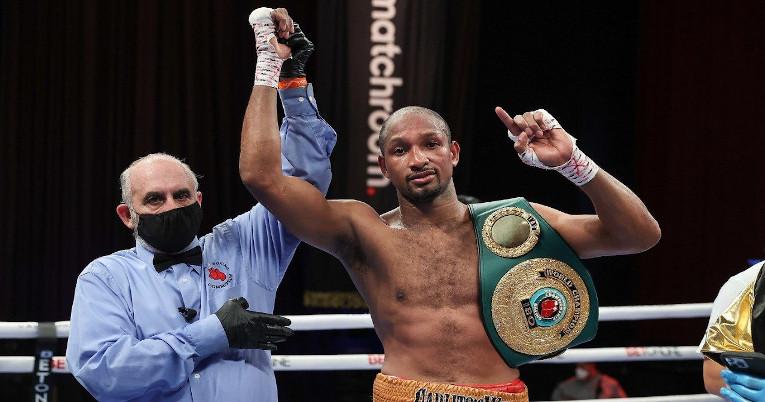 El boxeador esmeraldeño siendo mencionado como el campeón en su categoría.