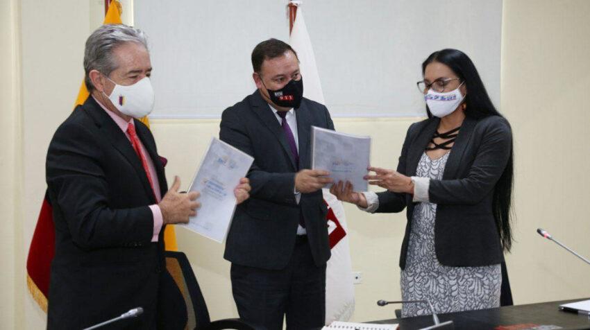 La presidenta del CNE, Diana Atamain, entregó el protocolo de campaña electoral al director del ECU911, Juan Zapata, y al ministro de Salud, Juan Carlos Zevallos, el 22 de diciembre de 2020.