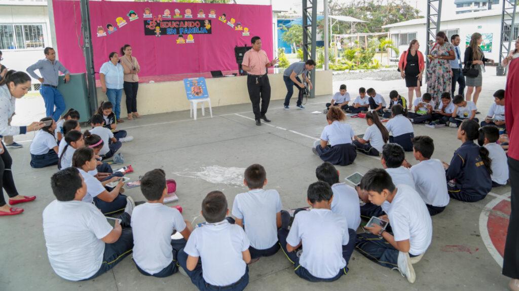 UNE pide suspender el regreso de las clases presenciales