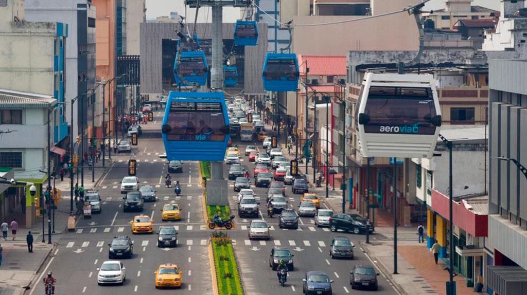 Los 'taxirrutas' pelean pasajeros a la Aerovía en Guayaquil