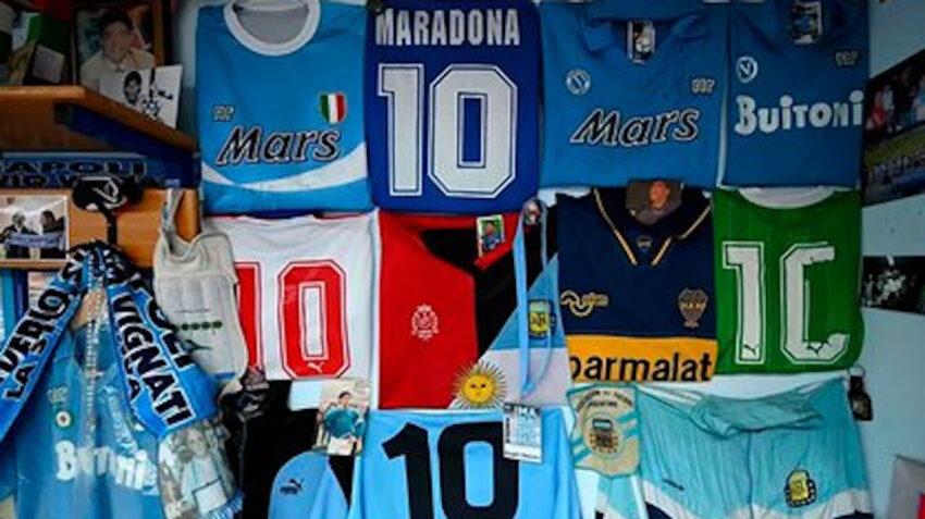 Camisetas exhibidas en el museo de Diego Maradona en Italia.