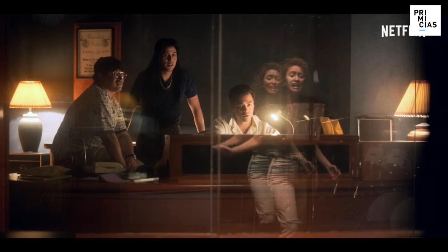 Si bien la base sigue siendo cómo llegó el éxito de Selena, la serie de Netflix tiene su foco en la familia Quintanilla.