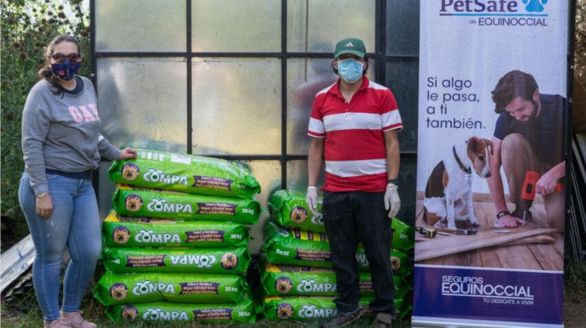 Personal de PetSafe entregó, en mayo de 2020, alimento para perros a una fundación de Ecuador.