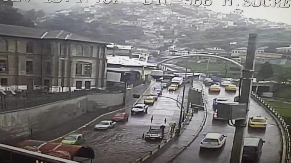 Inundaciones y cortes de luz por fuertes lluvias en Quito