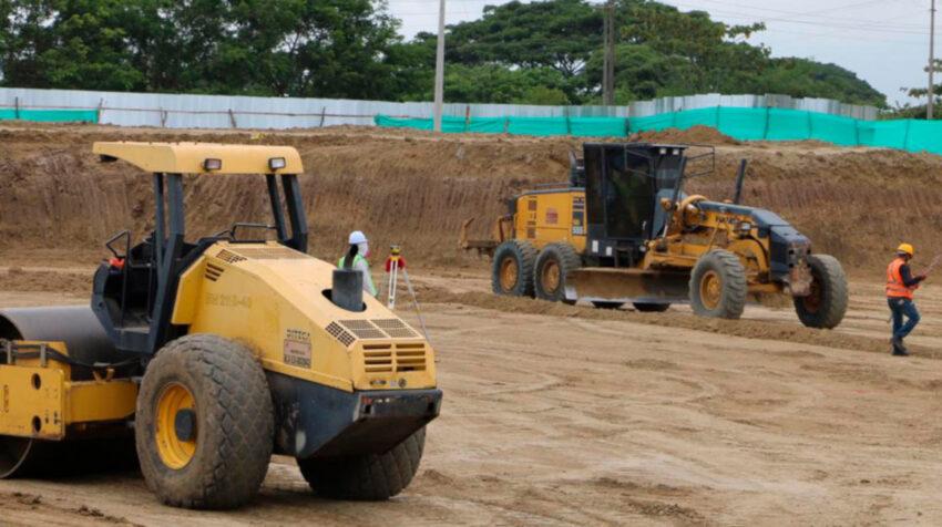Personal de obras públicas, durante sus actividades en la construcción del hospital de Pedernales, en mayo de 2020.