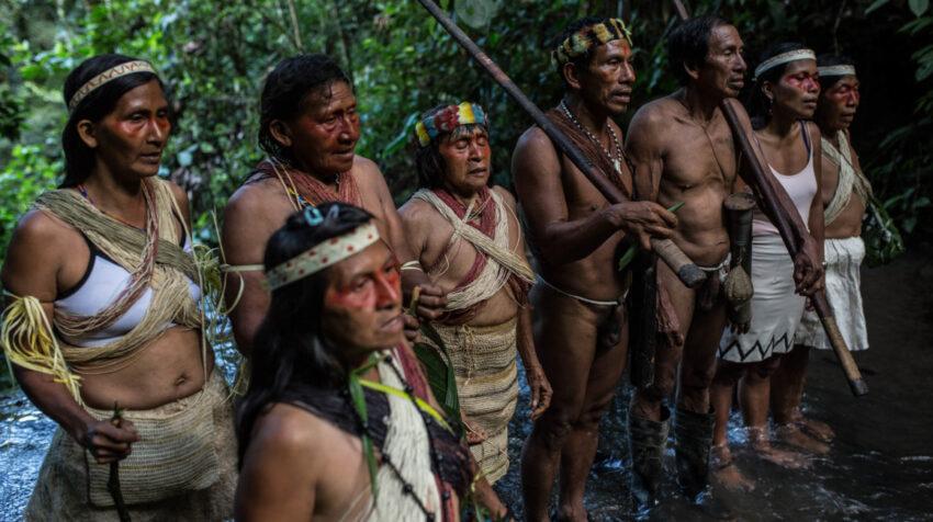 La lideresa indígena, Nemonte Nenquimo, (segunda de la derecha), junto a miembros de la comunidad Waorani