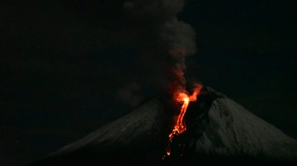 El volcán Sangay reactivó su proceso eruptivo