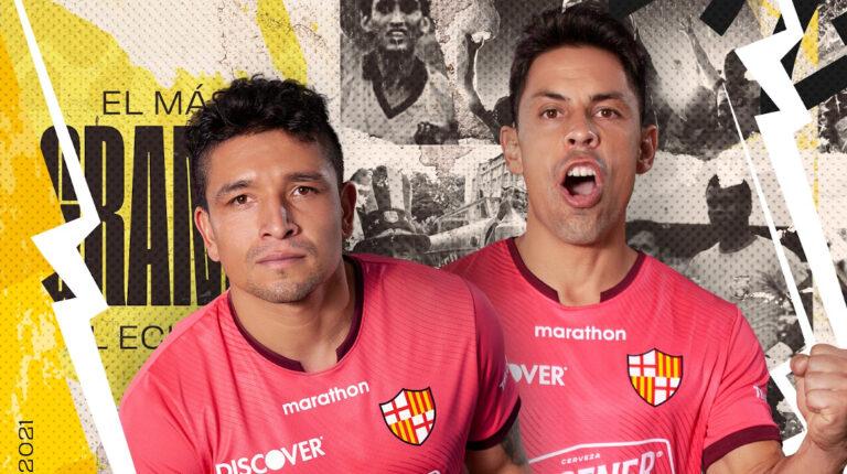 Los futbolistas Mario Pineida y Matías Oyola fueron los rostros de la presentación oficial de la camiseta alterna de Barcelona para este 2021.