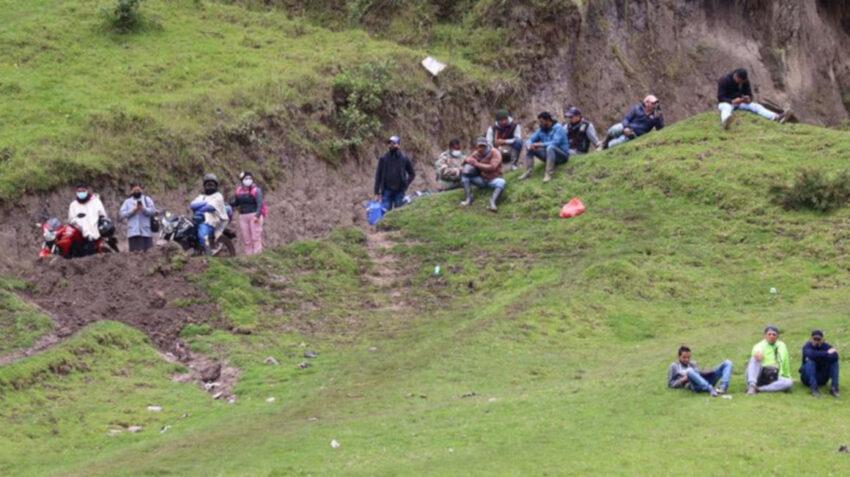 Migrantes venezolanos descansan en una colina, junto a un cruce fronterizo entre Colombia y Ecuador, el 29 de enero de 2021.