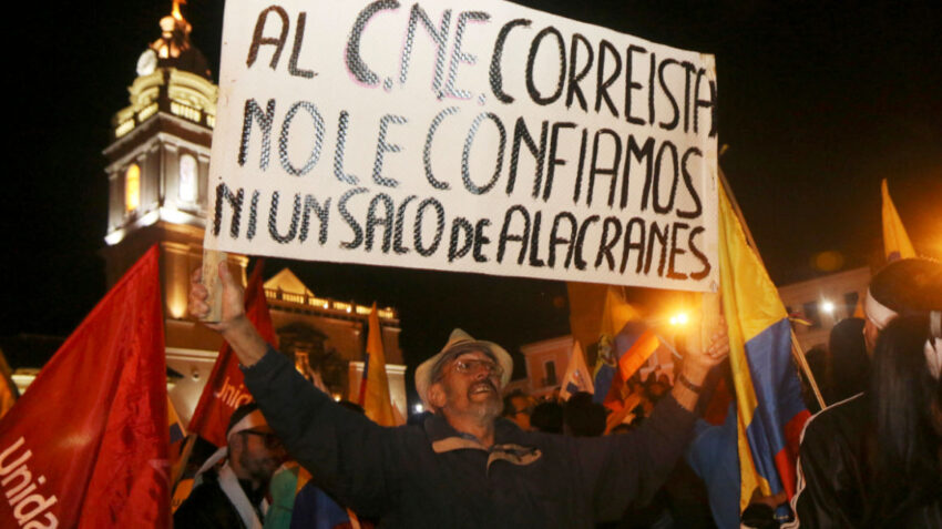 Un manifestante muestra un cartel durante una marcha en apoyo al candidato  Guillermo Lasso, el viernes 7 de abril de 2017.