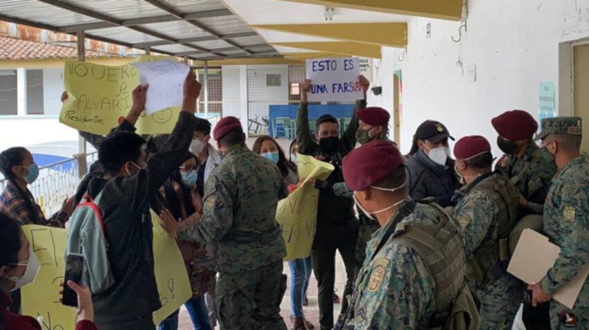 Durante el simulacro electoral del 24 de enero de 2021, las Fuerzas Armadas practicaron el control ante un acto de rebeldía al interior de un recinto.