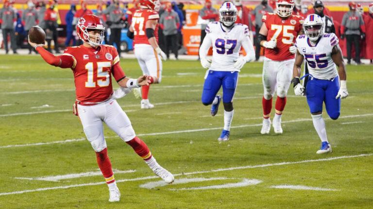El mariscal de campo de los Kansas City Chiefs, Patrick Mahomes (15), lanza un pase contra los Buffalo Bills durante el partido de Campeonato de la AFC en el Arrowhead Stadium, el domingo 24 de enero de 2021. Los Chiefs se clasificaron para jugar el Super Bowl LV.