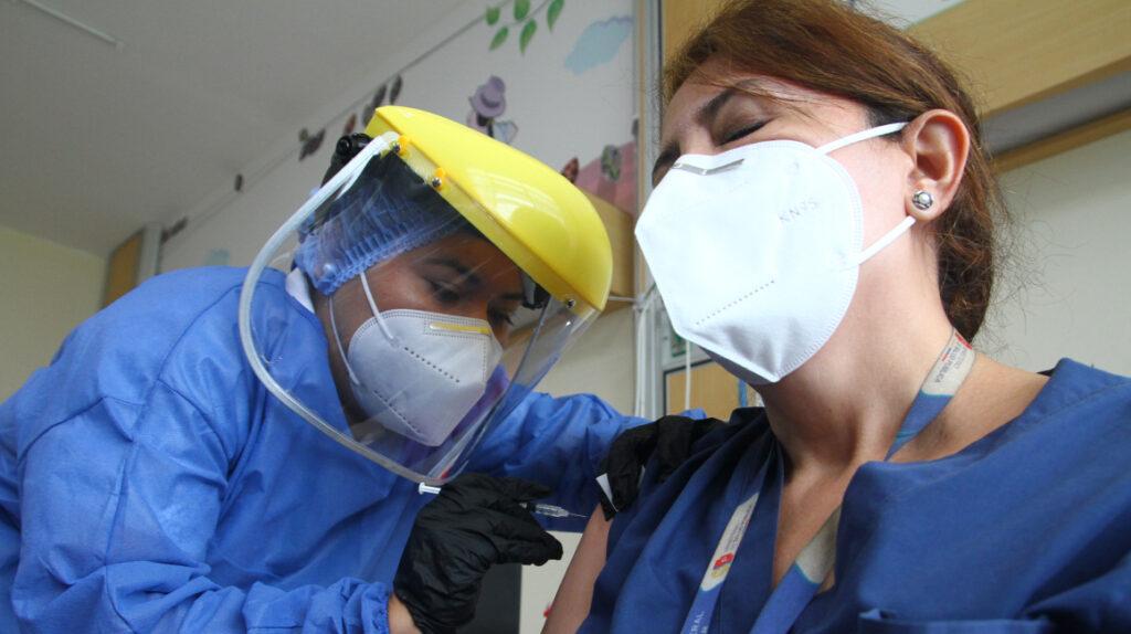 Vacunación tiene en baja a tasa de muertes por Covid-19 en Guayaquil
