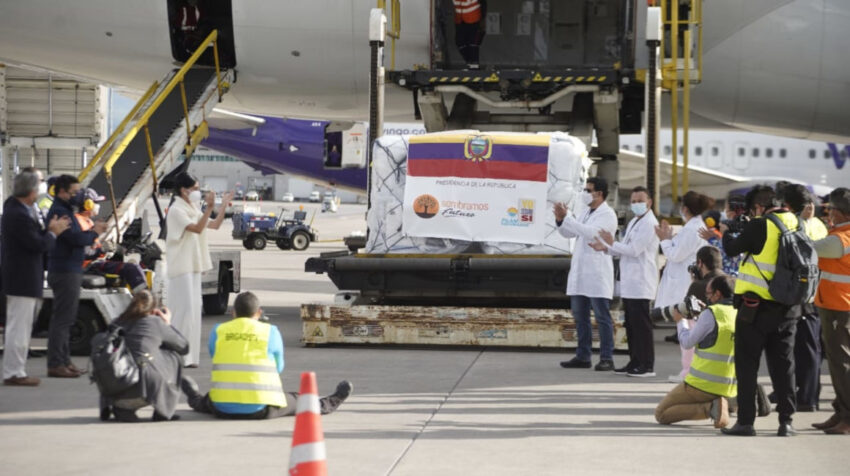 La vicepresidenta, María Alejandra Muñoz, aplaude la llegada de las primeras vacunas de Pfizer al aeropuerto Mariscal Sucre, de Quito el 20 de enero de 2021.