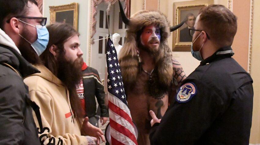 Jacob Albert Chansley irrumpió en el Capitolio el 6 de enero de 2021 disfrazado de bisonte.