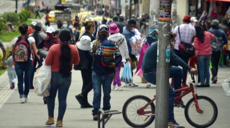 Ciudadanos recorren una de las calles de Cuenca, el 12 de enero de 2021.