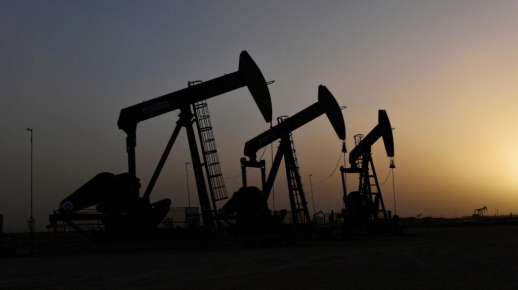 Petróleo sube a USD 58,25 por debilidad del dólar y poca oferta