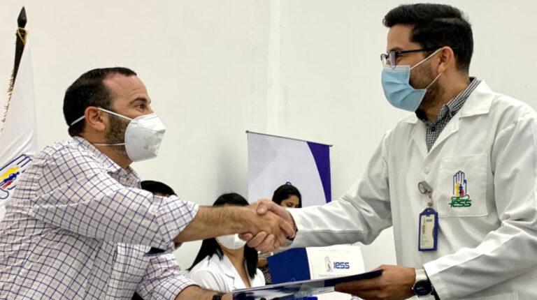El presidente del Directorio del IESS, Jorge Wated, se reunió con médicos del Hospital Los Ceibos, el 4 de enero de 2021.