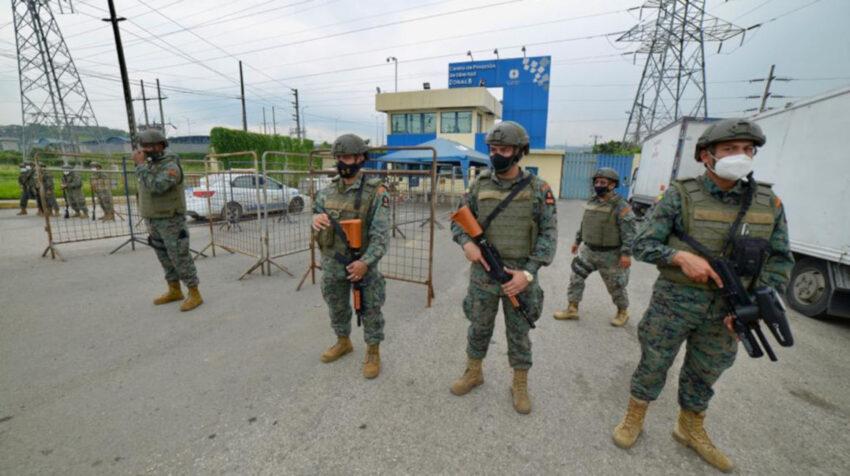 Militares custodian los exteriores de la cárcel regional 8 de Guayaquil, donde el 23 de febrero de 2021 hubo un amotinamiento.