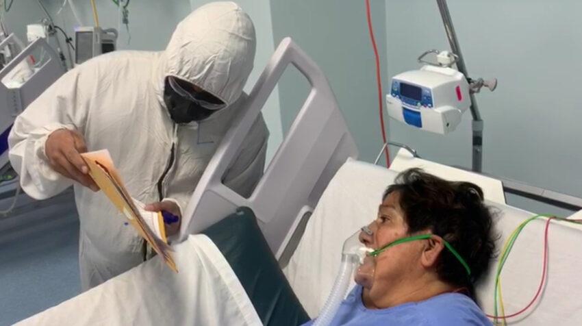 Un médico del Hospital Quito IESS Sur atiende a una mujer con Covid-19, el 26 de enero de 2021.