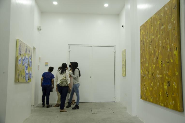 Más visitantes revisando las obras que forman parte e 'La vuelta al amanecer
