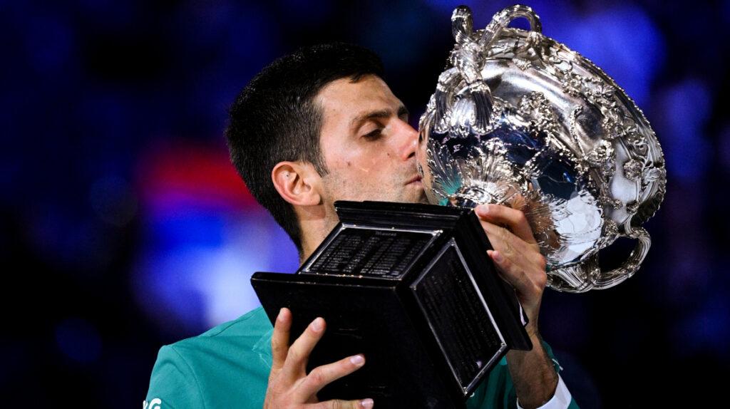 Djokovic derrota a Medvedev y levanta su noveno Abierto de Australia